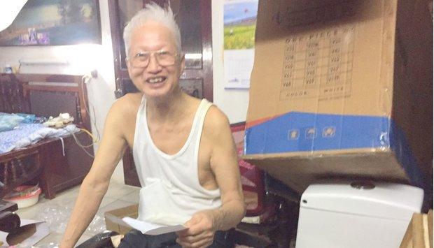 Cụ ông 80 tuổi mua hàng online. Tại sao không?